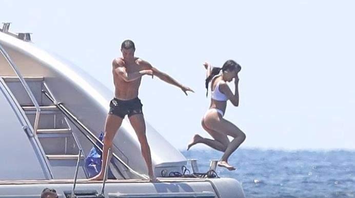 كريستيانو رونالدو اثناء رمي عشيقته في البحر